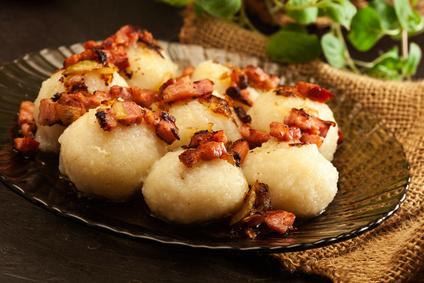 Plněné bramborové knedlíky s uzeným masem