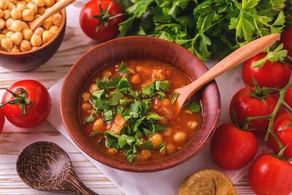 Cizrnová polévka s rajčaty a červenou čočkou