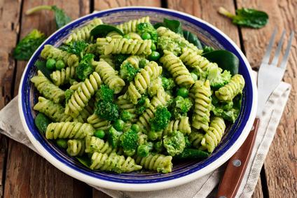 Těstovinový salát s brokolicí a pestem