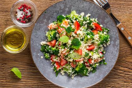 Kuskusový salát s brokolicí a rajčaty