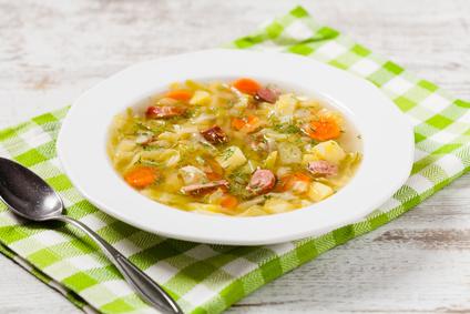 Kapustová polévka s brambory a klobáskou