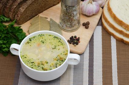 Česneková polévka se sýrem a bramborami