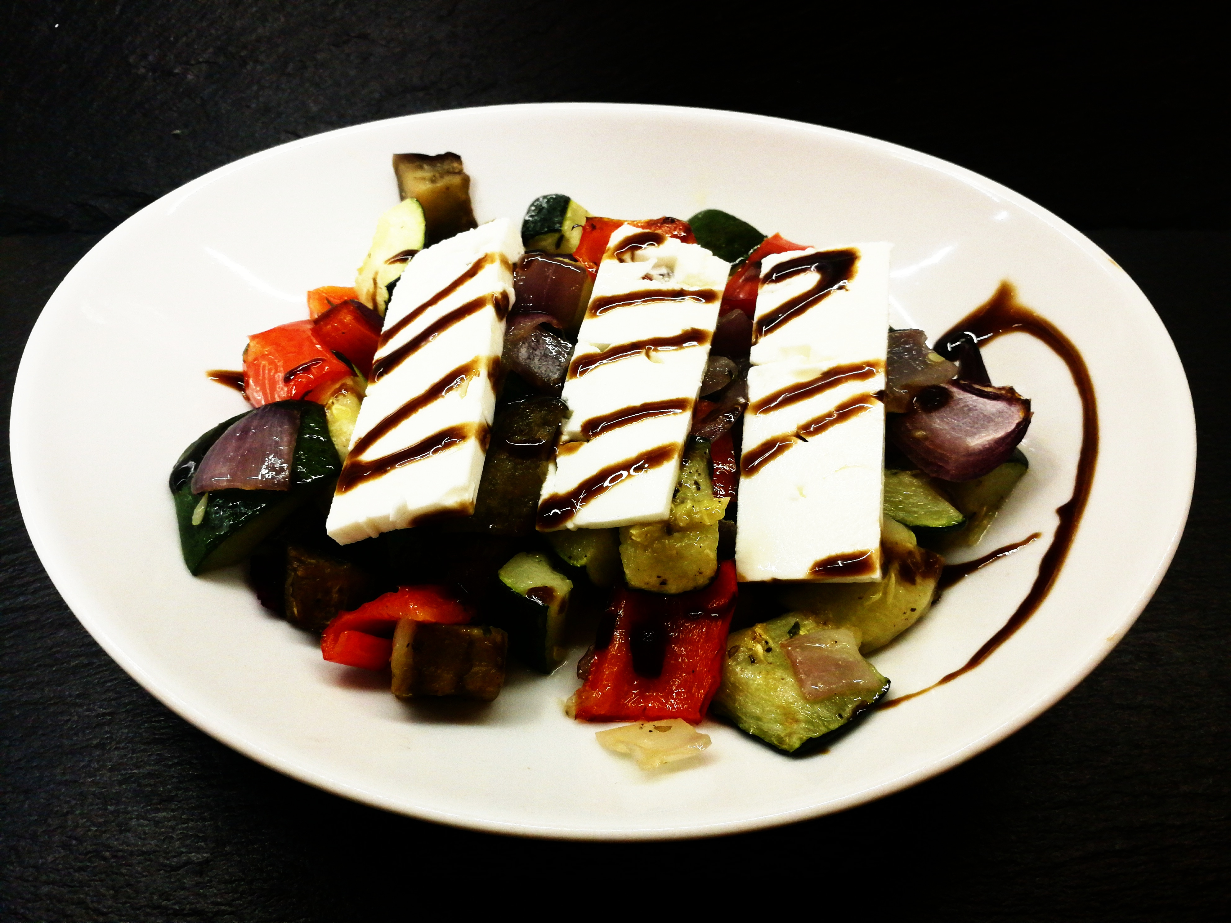 Salát z grilované zeleniny s kozím sýrem
