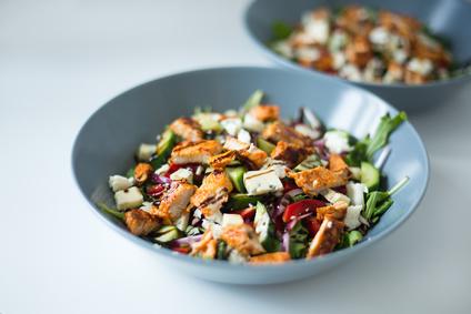 Kuřecí salát se zeleninou a sýrem