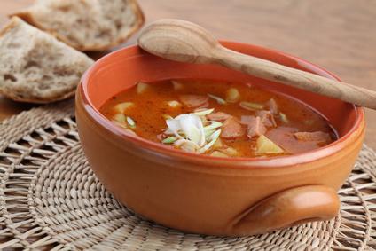 Gulášová polévka s párkem