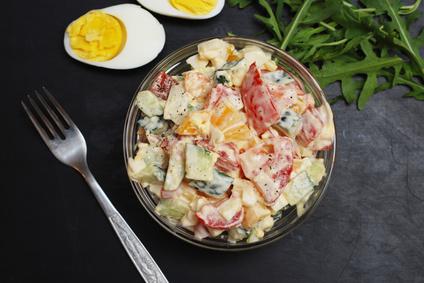 Zeleninový salát s jogurtem a vejcem