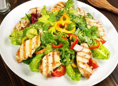 Zeleninový salát skuřecím masem