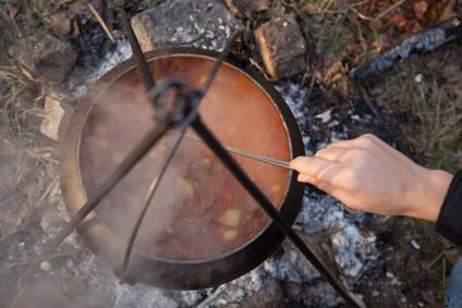Kotlíkový guláš na ohni