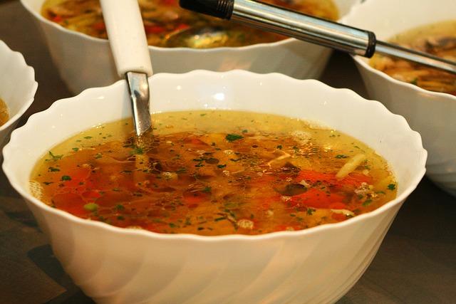 Kroupová polévka s uzeným masem